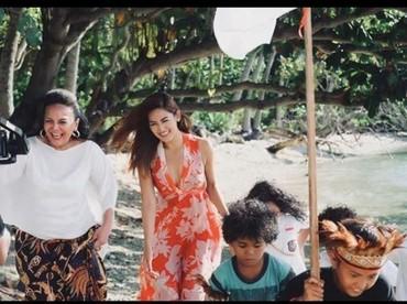 Ada senyum manis Maria Selena saat berjalan di belakang anak-anak. (Foto: Instagram @mariaselena_)