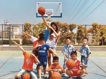 Usai main basket bareng anak-anak, saatnya foto bareng dengan gaya cihui. (Foto: Instagram @mariaselena_)