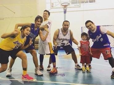 Salah satu momen ketika Maria Selena bermain basket. Eh ada pebasket cilik juga tuh. (Foto: Instagram @mariaselena_)