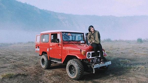 Selain Bandung, Jorji juga pernah liburan ke Bromo. Tampak dari fotonya yang tengah berpose di atas jeep dengan latar pasir berbisik yang populer (greegoriaa/Instagram)