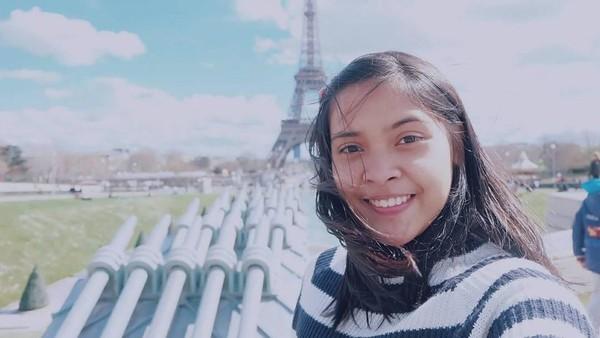 Kehebatannya bermain bulu tangkis juga membawa Jorji ke Prancis. Hal itu tampak dari latar belakang Menara Eiffel di Paris (greegoriaa/Instagram)