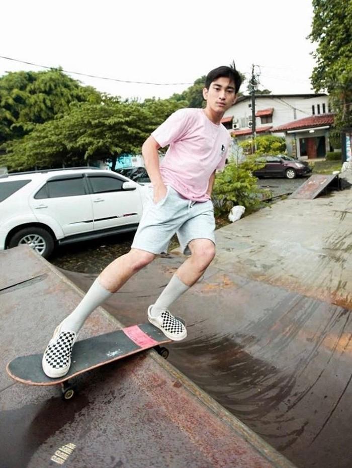 Juan Bione Subiantoro alias Bio sapaan akrabnya, salah satu artis cilik yang kini hobi bermain skateboard. Cool banget gayanya! (Foto: Instagram)
