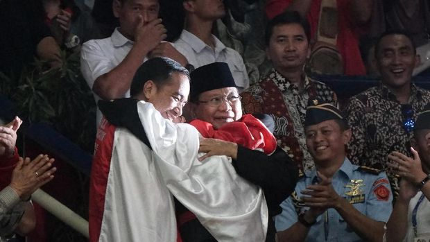 Jokowi dan Prabowo pelukan merayakan raihan emas pesilat Indonesia di ajang Asian Games 2018.