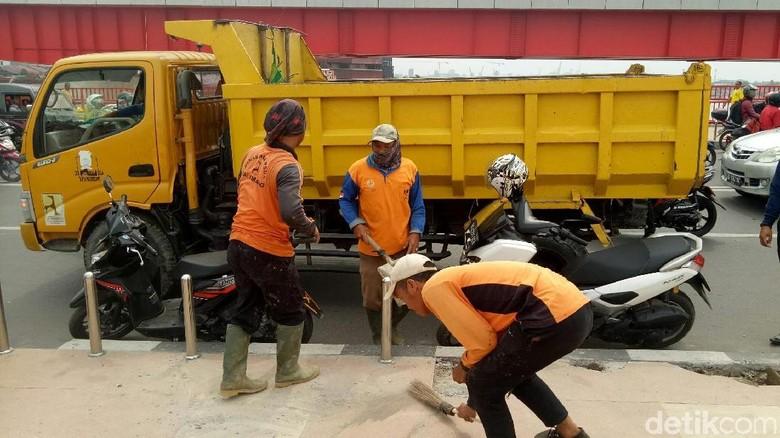 Foto: Trotoar yang rusak langsung diperbaiki (Raja Adil Siregar/detikTravel)