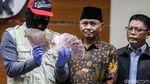 KPK Tunjukkan Barang Bukti Suap OTT PN Medan