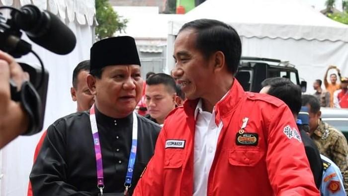 Momen keakraban Jokowi dan Prabowo Subianto di venue silat Asian Games 2018 (Foto: Foto: Laily Rachev - Biro Pers Setpres)