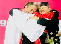 Pelukan dengan Jokowi dan Atlet, Prabowo: Kita Satu Keluarga
