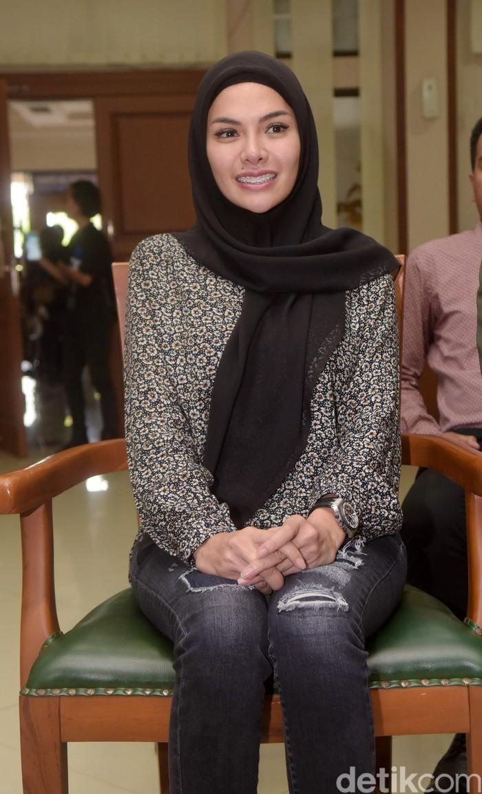 Nikita Mirzani saat menghadiri sidang isbat di PA Jakarta Selatan.