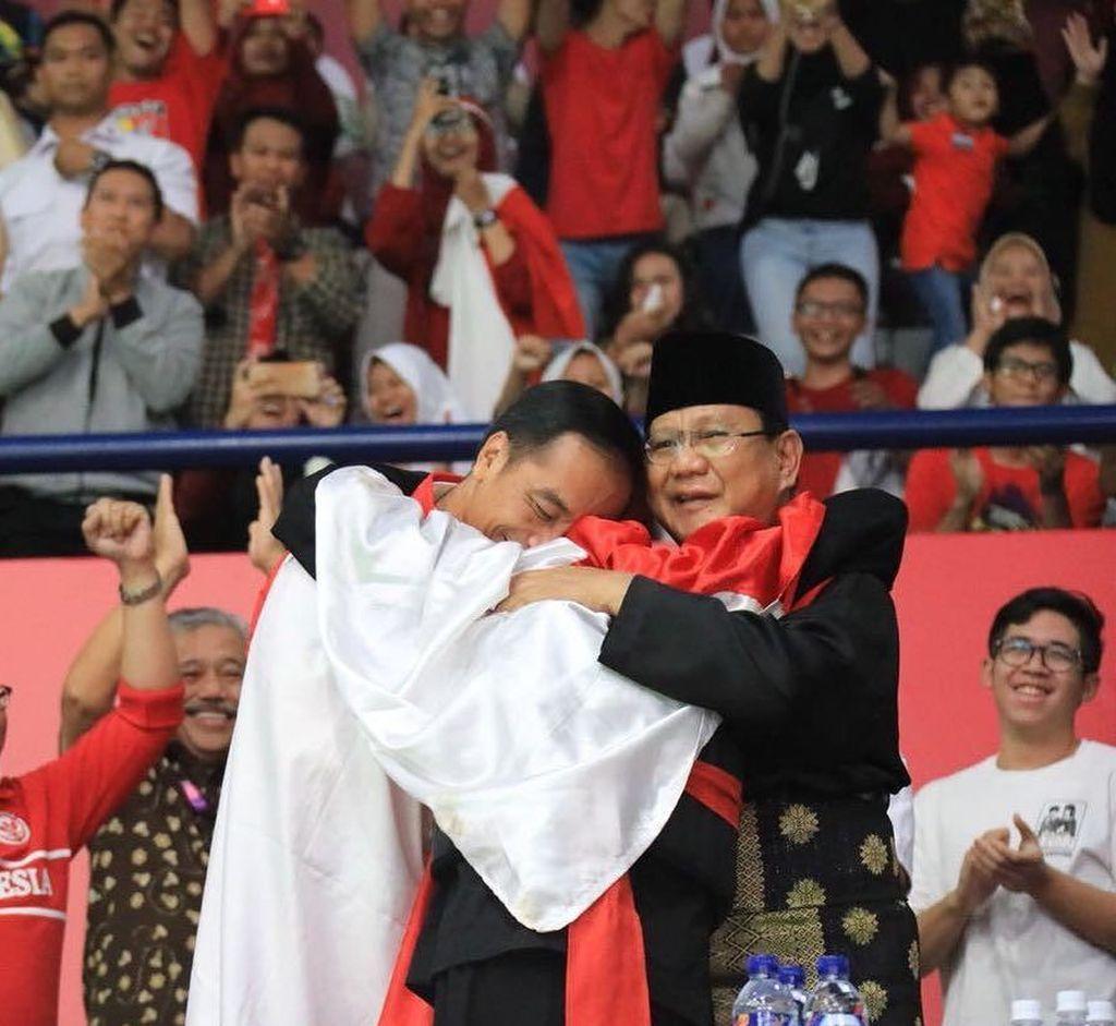 Mesranya! Ramai-ramai Foto Berpelukan ala Jokowi-Prabowo