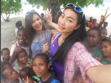 Keceriaan saat berfoto bersama anak-anak. (Foto: Instagram @mariaselena_)