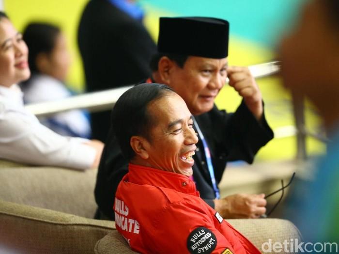 Capres Jokowi dan Prabowo saat menonton pertandingan pencak silat Asian Games 2018. (Grandyos Zafna/detikcom)