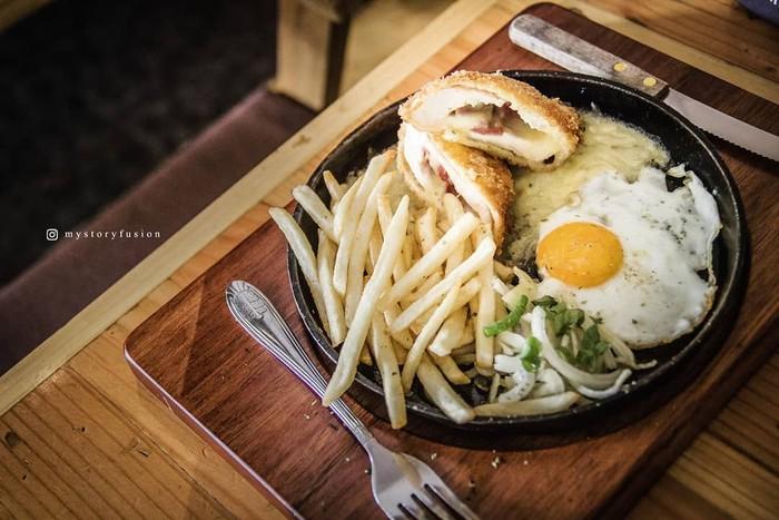 Chicken cordon bleu biasanya disajikan dengan kentang goreng dan, lelehan keju. Tapi kalau @mystoryfusion, suka menambahkannya dengan telur mata sapi dan irisan bawang bombay. Foto: Instagram