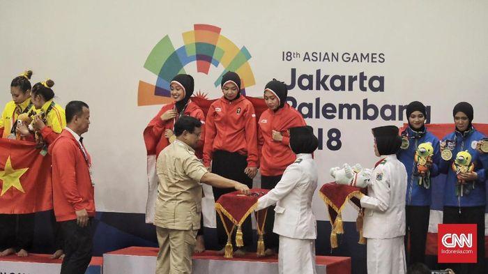 Ketua Umum IPSI, Prabowo Subianto, mengalungkan medali emas untuk pesilat Indonesia (CNN Indonesia/Hesti Rika)
