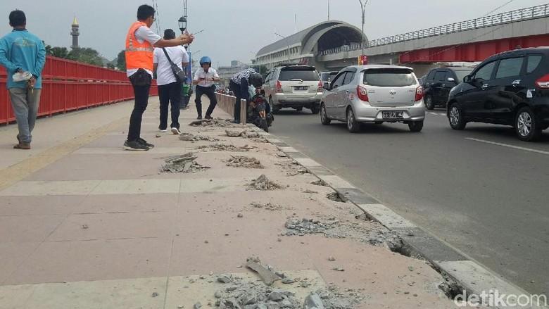 Trotoar Jembatan Ampera rusak saat Asian Games masih berlangsung (Raja Adil Siregar/detikTravel)
