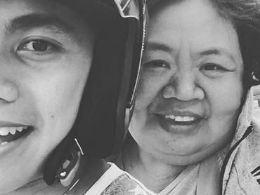Kalau lagi libur, Lirpa nggak lupamengajak sang mama jalan-jalan. Seru! (Foto: Instagram @manganang)