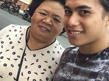 Lirpa juga sering lho mengajak selfie sang mama.Kata Lirpa sang mama adalah malaikat tanpa sayap. So sweet! (Foto: Instagram @manganang)