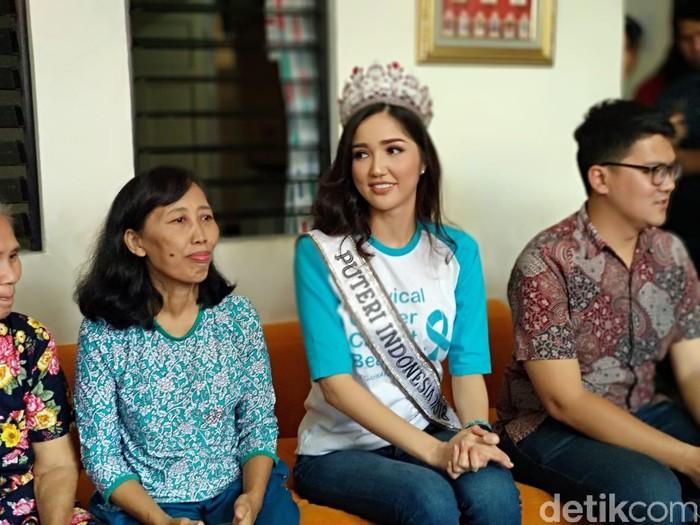 Putri Indonesia 2018, Sonia Fergina Citra berkunjung ke rumah singgah kanker Cancer Information and Support Center (CISC). (Widiya/detikHealth)