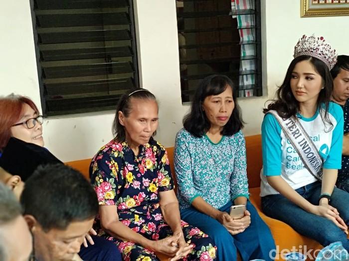Sonia duduk bersama para pasien kanker sembari mendengarkan ceritanya. (Widiya/detikHealth)