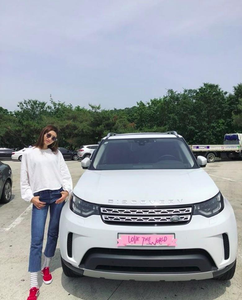 Kim Yeon-kung dengan Land Rovernya. Foto: Screenshot Instagram Kim Yeon-kung