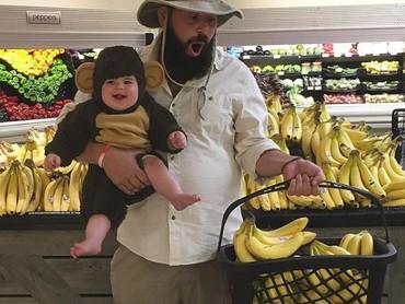 Belanja pisang bersama monyet yang menggemaskan. (Foto: Instagram @sbsolly)