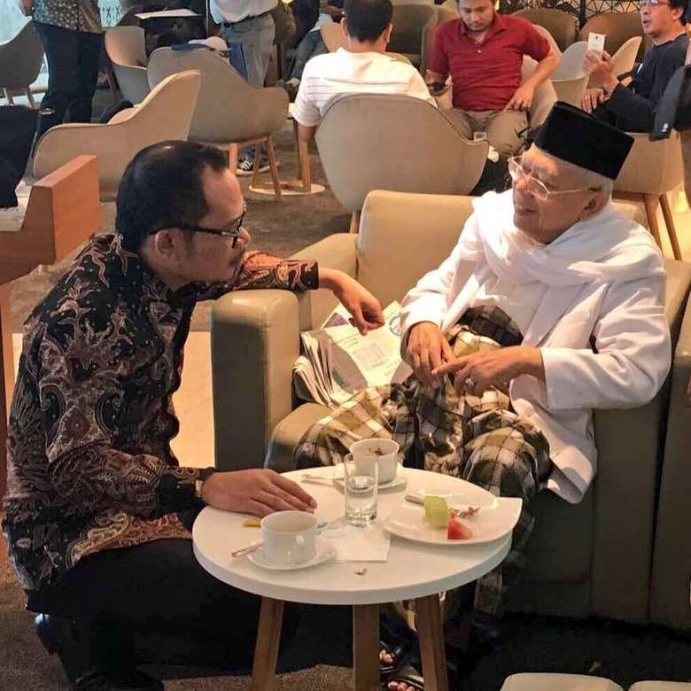Bersama Maruf Amin, Hanif terlihat tengah berbincang ringan. Untuk menghormati orang yang dituakan, Hanif dengan sopan duduk merendah. Pada meja di depan kedua tokoh politik ini ada piring berisi buah dan gelas teh. Foto: instagram @hanifdhakiri