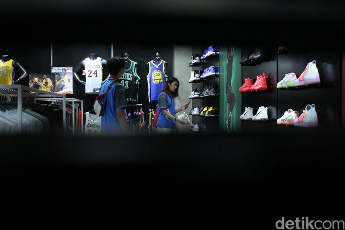 Para atlet basket wanita Thailand berbelanja di Mal Grand Indonesia, Kamis (30/8/2018).