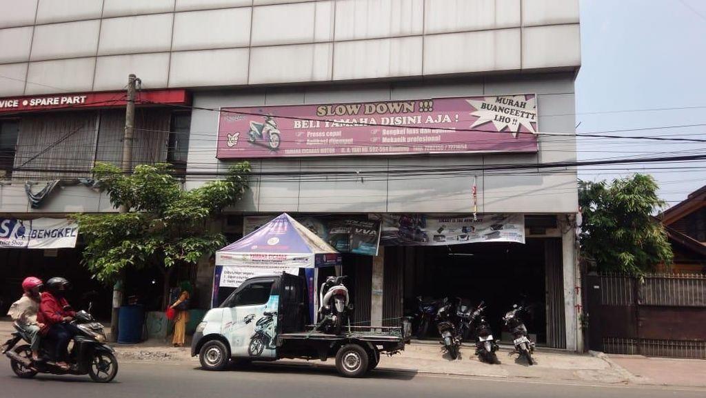 Melamun, Lengan Perempuan Terjepit Lift Diler Motor Bandung