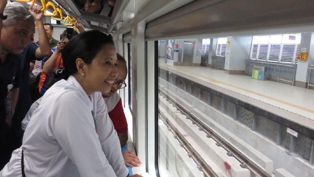 Ke Bandara, Rini Naik LRT Palembang yang Masih Sepi
