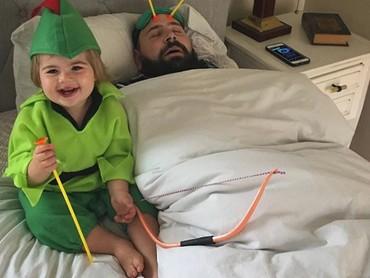 Ada-ada saja. Ayah Sholom nggak kunjung bangun dari tidurnya padahal sudah dipanah oleh Zoe si Robinhood. (Foto: Instagram @sbsolly)