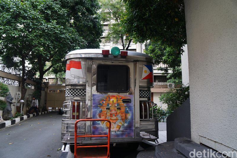 Jeepney berwarna abu-abu ini berada di samping gedung KBRI Manila. Tulisan Manila-Jakarta di bagian depan kaca mobil diiringi latar warna bendera masing-masing negara. (Syanti/detikTravel)