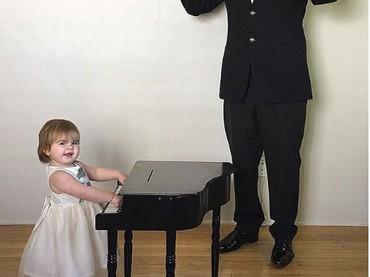 Khusus untuk Zoe, main piano harus dipandu dirigen, Bun. (Foto: Instagram @sbsolly)