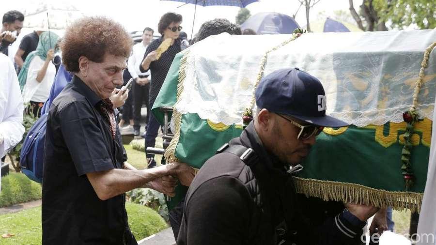 Duka Keluarga di Pemakaman Faldy Albar