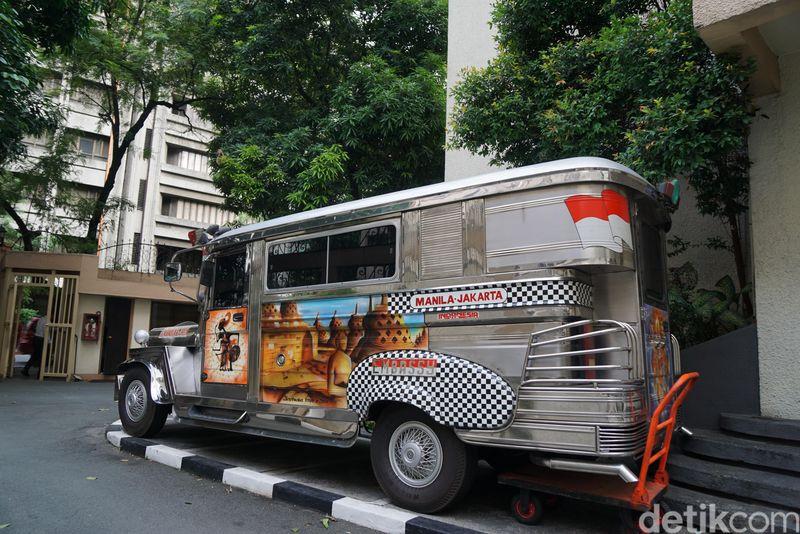 Di bagian samping Jeepney terdapat lukisan yang ikonik dengan Indonesia. Ada wayang kulit di pintu samping bagian depan dan Candi Borobudur di bagian badannya. (Syanti/detikTravel)