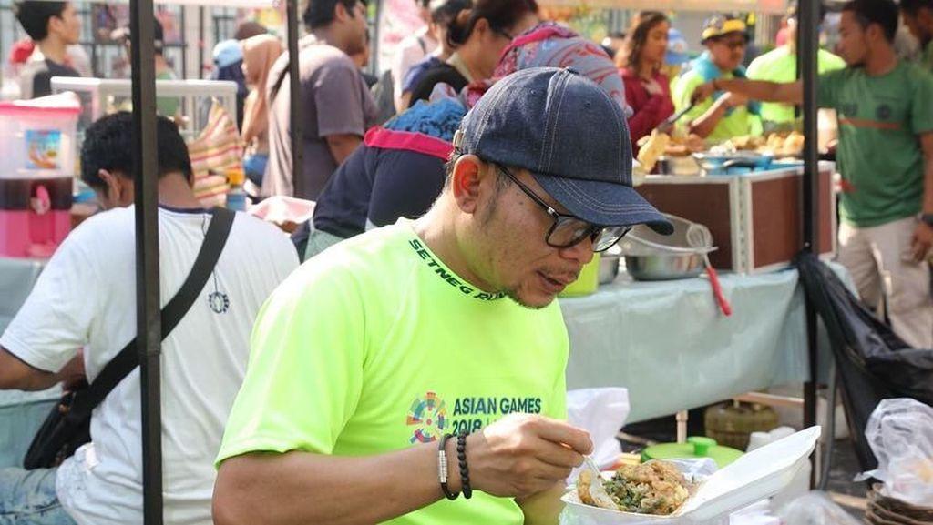 Serunya Momen Kulineran Menakertrans Hanif Dhakiri yang Doyan Kolak