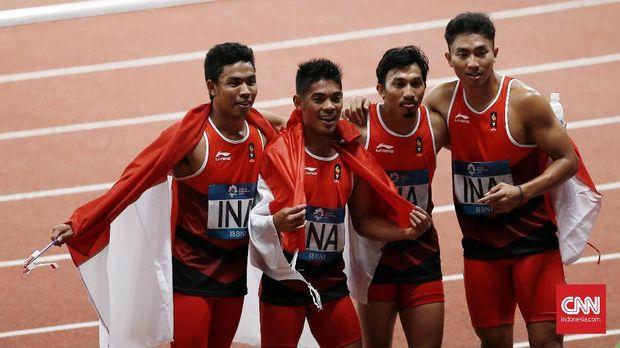 Lalu Zohri dan kawan-kawan meraih emas di nomor lari estafet 4x100 meter. (