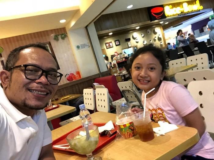 Lewat instagramnya @hanifdhakiri, pemilik nama lengkap Muhammad Hanif Dhakiri ini sering posting foto ketika kulineran. Seperti momen makan bersama putri kecilnya kali ini. Foto: instagram @hanifdhakiri