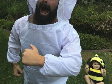 Awas Ayah Sholom, ada lebah besar! (Foto: Instagram @sbsolly)