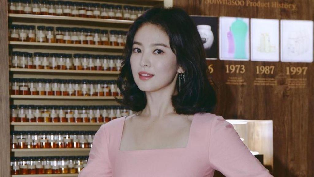 Gaya Rambut Song Hye Kyo Berubah Dalam Semalam, Dari Pendek Jadi Panjang