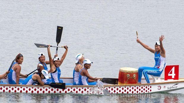 Tim Korea Bersatu meraih medali emas pada nomor perahu naga 500 meter putri.