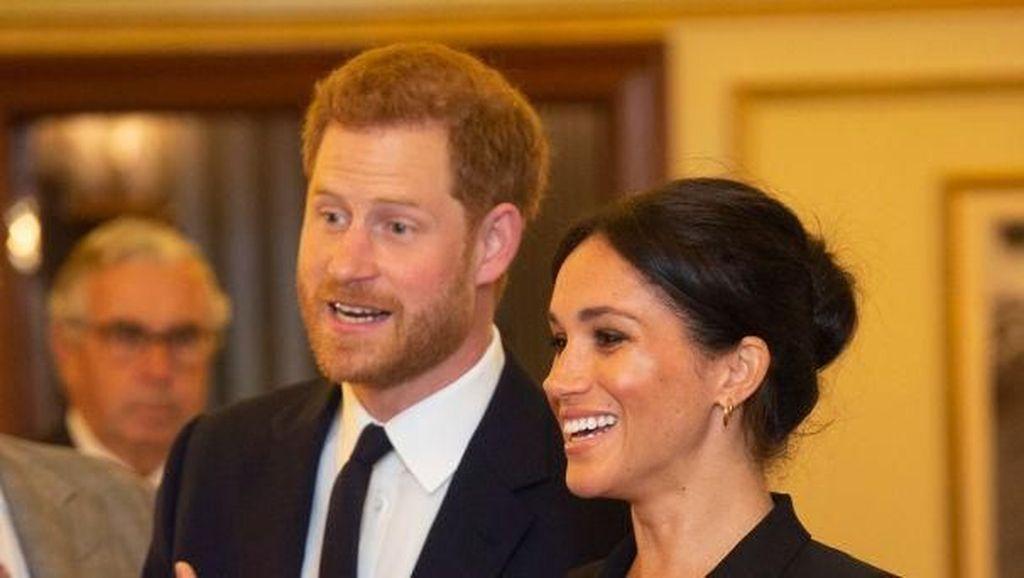 Manisnya Momen Pangeran Harry Betulkan Rambut Meghan Markle yang Berantakan