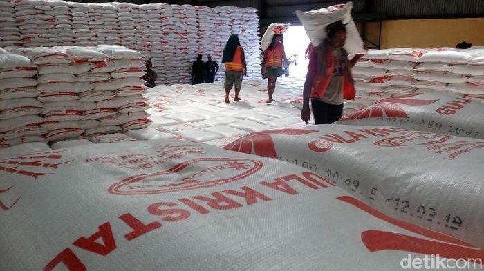 Tumpukan gula di gudang Bulog Mojokerto