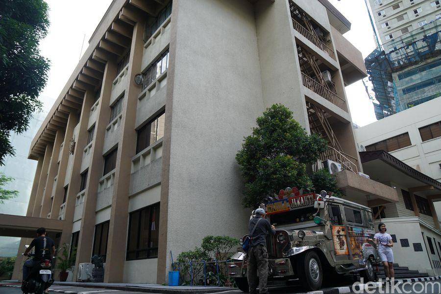 Jeepney jurusan Manila-Jakarta ini bisa traveler temukan di kantor KBRI yang berada di Manila, Filipina. (Syanti/detikTravel)