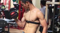 Atlet silat peraih emas, Hanifan menciptakan momen luar biasa dengan memeluk Jokowi dan Prabowo. Sementara itu, tubuh Hanifan pun sangat bugar dan kekar.