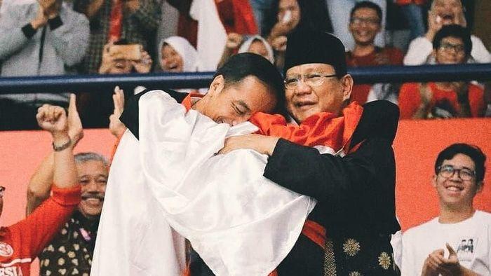 Hanifan Yudani memeluk Jokowi dan Prabowo di Asian Games 2018. (Foto: Instagram @hanifan_yk)