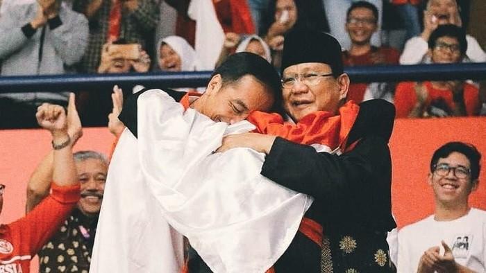 Momen saat Hanifan memeluk Jokowi dan Prabowo. Foto: Instagram @hanifan_yk