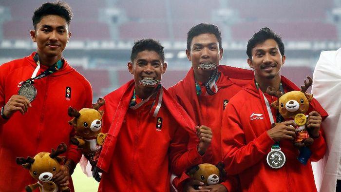lalu M Zohri (ketiga dari kiri) berencana kuliah di Lombok. (Darren Whiteside/Reuters)