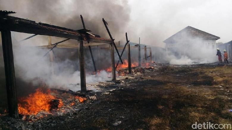 Gara-gara Bakar Sampah, Gudang Penyimpanan Kaus Kaki Dilalap Api