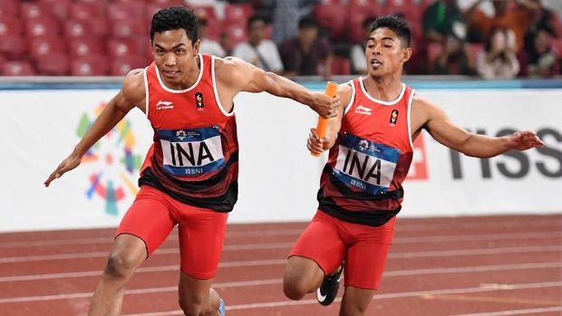 Fadlin (kanan) pensiun usai ikut mempersembahkan perak di nomor lari estafet 4x100 meter. (