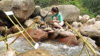 Lihat Aksi Ms Yeah Saat Masak Ayam Panggang di Sungai Pakai Kincir Air