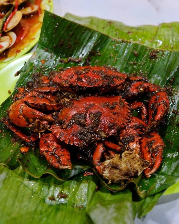 Kepiting asap biasa dimasak dengan bungkus daun pisang. Kepiting segar yang masih utuh dibalur bumbu lalu dimasak hingga matang. Sedapnya! Foto : instagram @seleramakan